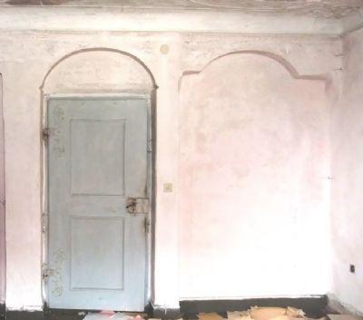 Historische Tür mit Türbogen