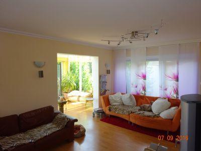 Wohnzimmer mit Blick auf Wintergarten
