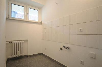 Küche mit weißem Fliesenspiegel