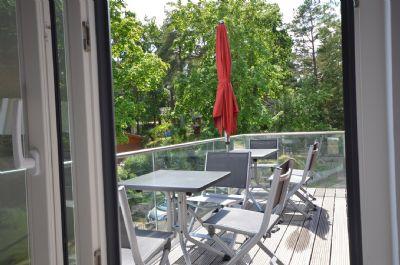 15  Balkon mit 2 Tischen + 6 Stühlen + Sonnenschir