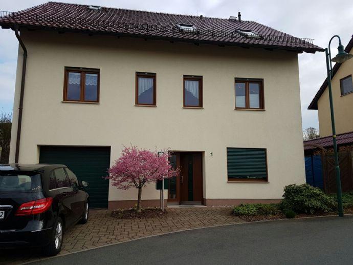 Einmalig neuwertiges geräumiges Einfamilienhaus mit Büroeinheit in grüner Lage