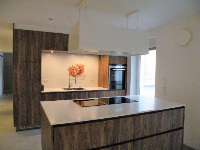 Alles außer gewöhnlich: Exklusiv ausgestattete 3-Zimmer-Wohnung, ca. 137 m², 2.OG mit Patio/Terrasse u. Balkon, Aufzug, TG-Stellplatz