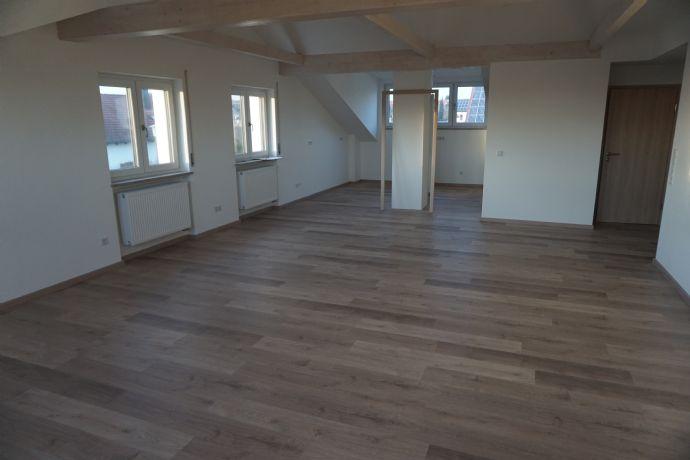 moderne Neubauwohnung: großer Wohn-Essbereich mit offener Küche, 4 Schlafräume, Bad