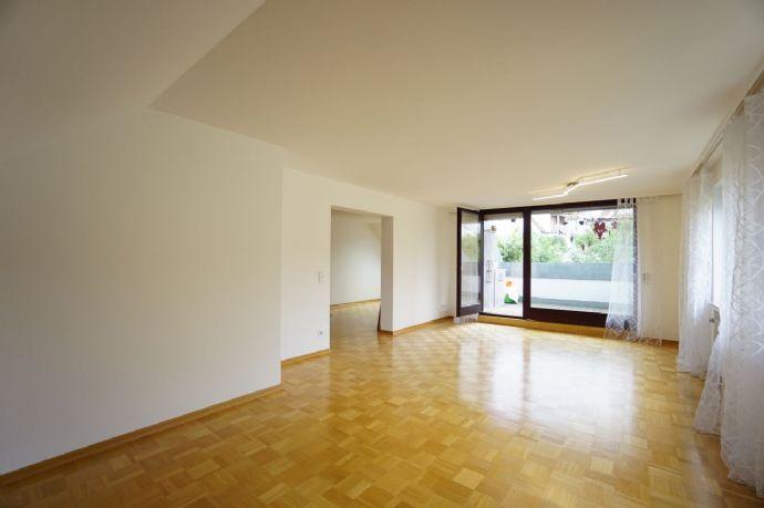 Geräumige, helle 4,5 Zimmer-Mietwohnung mit Dachterrasse und Pkw-Stellplatz in ruhiger Wohnlage