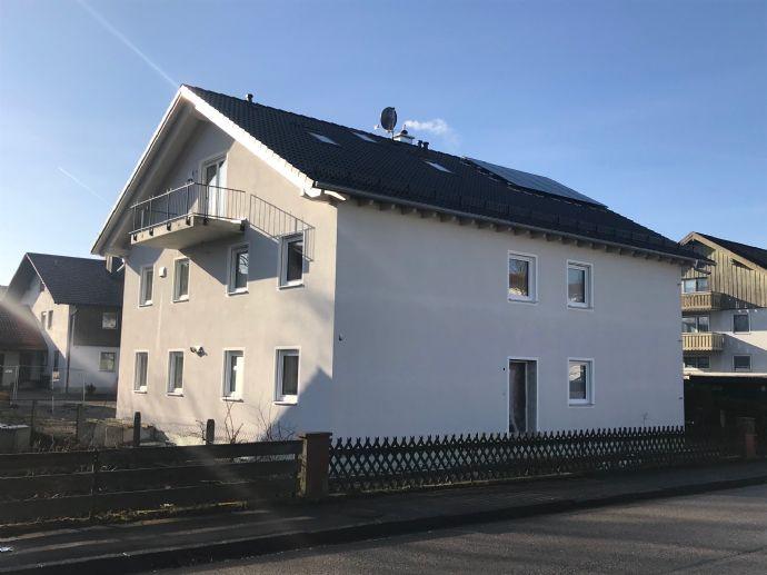 Neubau- Erstbezug ansprechende große 3-Zimmer Wohnung EG mit Souterrain, Terrasse und Garten