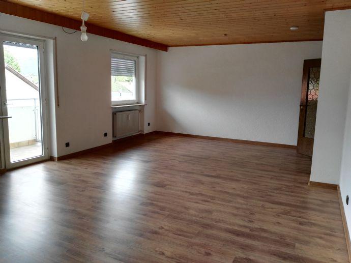 Von Privat! Frisch renoviert 3-Zimmer-Wohnung mit Balkon.