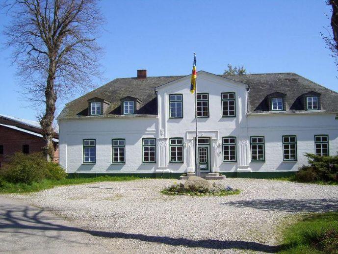 Hofanlage mit herrschaftlichem Haus, großen Scheunen und 3,2 ha Land