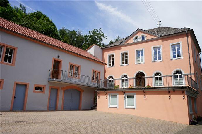 Herrschaftliches, denkmalgeschütztes Anwesen best. aus 4 Wohnungen in Holsthum / Nahe Echternach