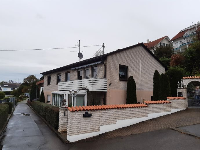 Oberboihingen bei Nürtingen: Zweifamilienhaus in bester Lage, 2 Garagen, Garten, Balkon, Wintergarten