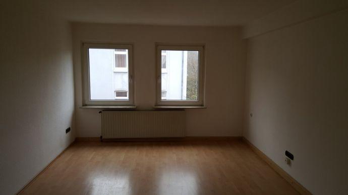 Schöne, renovierte 2 Zimmer-Wohnung mit kleinem Arbeitszimmer in ruhiger Lage zu vermieten!!!
