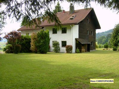 Haus CHRISTOPHORUS » FeWo HOCHGRAT (~66m² im DG), 1000m² Spiel-/Liegewiese, Grill, inkl. Oberstaufen-PLUS* - am Waldrand, gerne mit Hund
