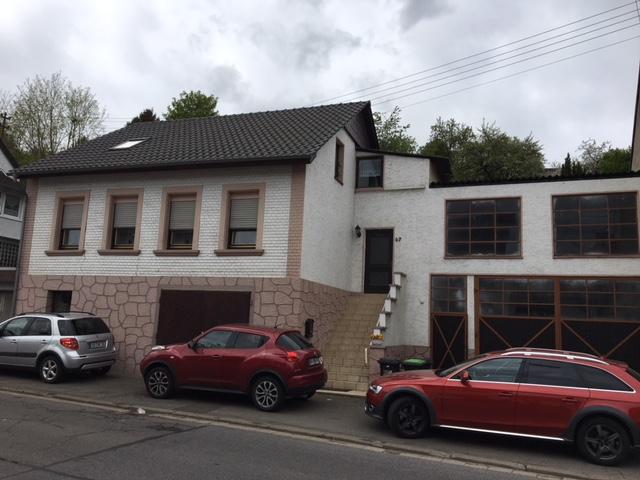 Ein-/Zweifamilienhaus mit Garage und zusätzlicher Halle