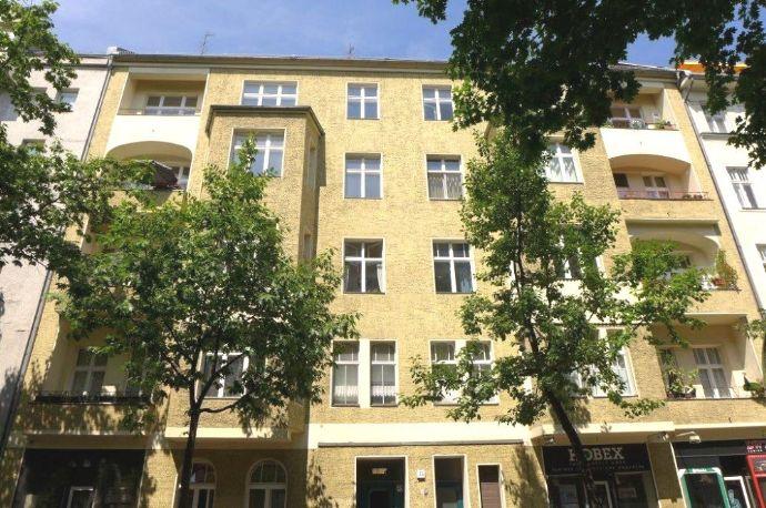 helle Altbauwohnung in Seitenstraße mit Loggia