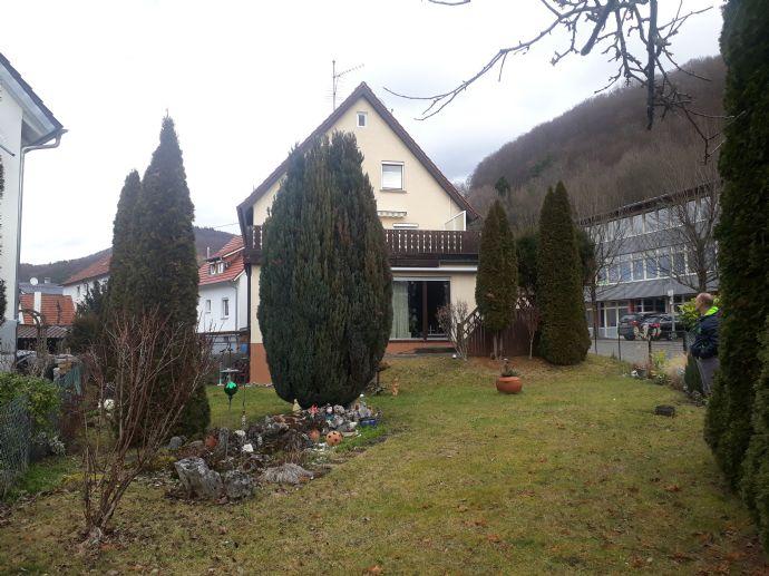 Familienfreundliches Haus mit wunderschönem Garten und Potential für 2 - 3 Wohnungen