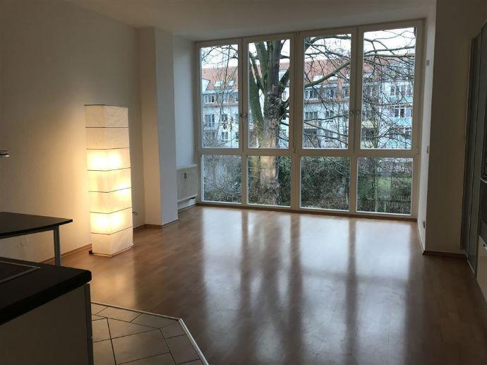 Sonnige Wohnung mit großer Fensterfensterfront und Einbauküche zu vermieten!
