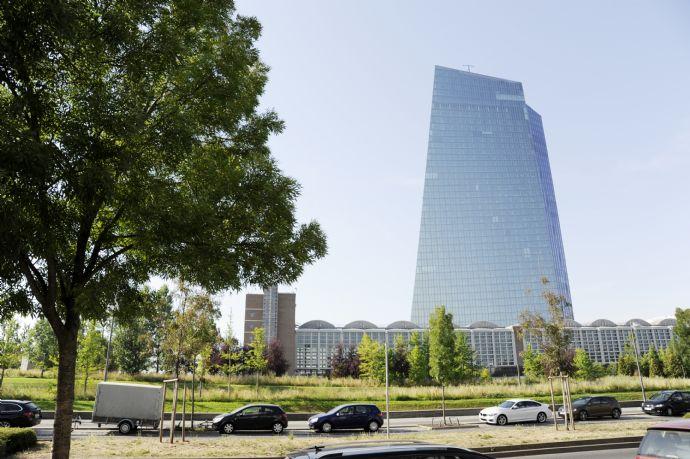 Wohnen am Main neben der EZB! spektakulärer Blick! modern möbilierte 2-Zi.-Whg.! Kernsaniert