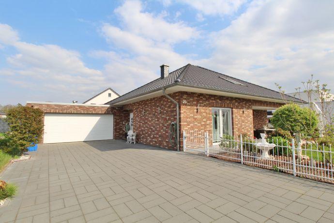 Wohnen am Golfplatz, moderner Bungalow mit Doppelgarage, Garten und 2 Terrassen