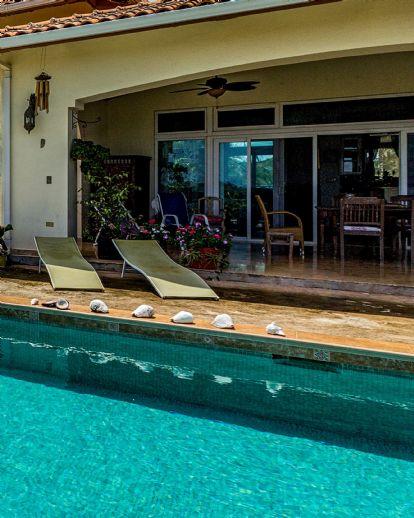 Großer Winkelbungalow mit Außenschwimmbecken