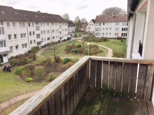 Schicke frisch gestrichene 3 Zimmer Wohnung mit EBK und Balkon im 2 OG