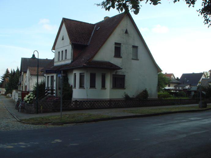 Wohnhaus mit Nebengebäuden auf 695 Quadratmeter Grundstücksfläche im Ortszentrum von Jübar.