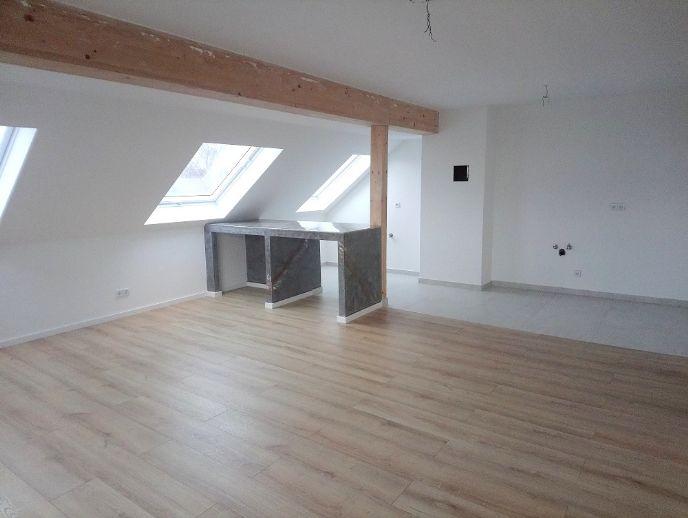 !! Dachgeschoss mit 3 Zimmern, modernen Fliesen und Laminat, zentrumsnah