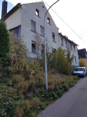 Grundstück mit einem Mehrfamilienhaus (Brandruine) mit einer Abbruchgenehmigung