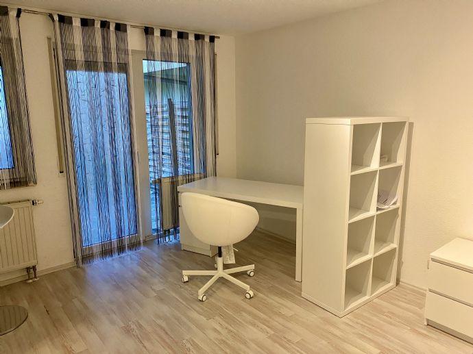 1-Zimmer-Wohnung mit Möbeln und Terrasse