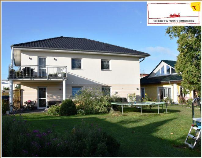 Klug kaufen: selbst wohnen und gleichzeitig vermieten! Top gefpflegtes, ruhiges 2-Familienhaus mit sehr großem Garten in zentraler Lage