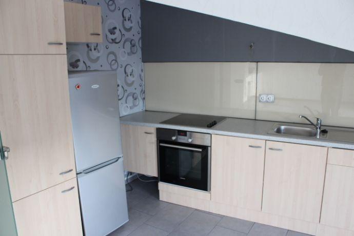 + + Balkon + + ansprechender Grundriss + + offene Küche mit EBK + + Dreiparteien-Haus + +