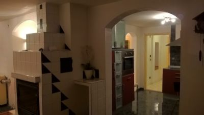 sehr  individuelle, großzügige  Dachgeschoß-Wohnung mit Kamin