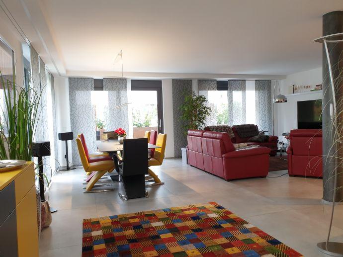 SAARLOUIS/STADTNAH - EXKLUSIV UND BARRIEREFREI MIT CA. 120 m² WOHNFLÄCHE INKL. DESIGNERKÜCHE, EINBAUMÖBELN U. V. M.