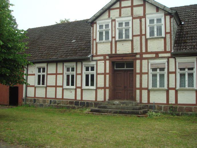 Kleine Hofstelle mit teilsaniertem Wohnhaus und dazugehörigem Baugrundstück in Salzwedel/Dambeck zu verkaufen.