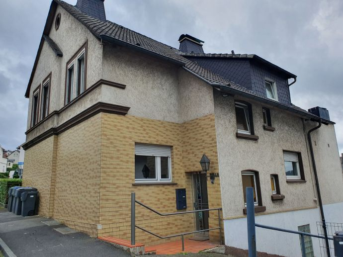 Mehrfamilienhaus mit großen Balkonen und schönem Garten