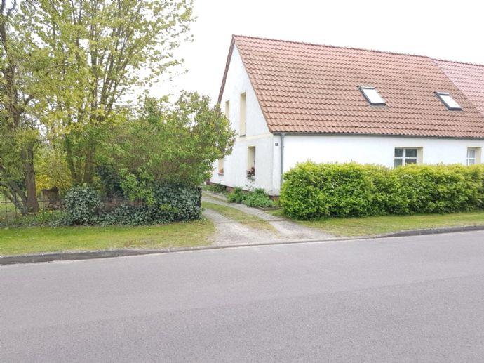 Doppelhaushälfte (mit Einliegerwohnung) / Nebengelass mit Ausbaupotential sowie Garage u. Grundstück mit Feldblick