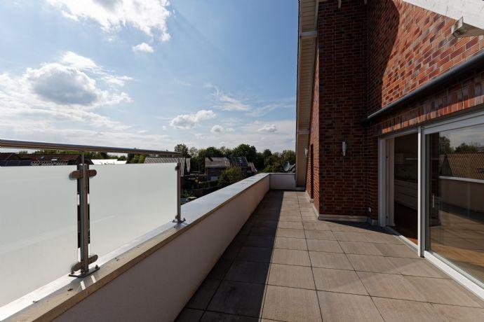 Penthousewohnung mit großer Dachterrasse, Einbauküche, Klimaanlage, Aufzug (barrierefrei) in stadt