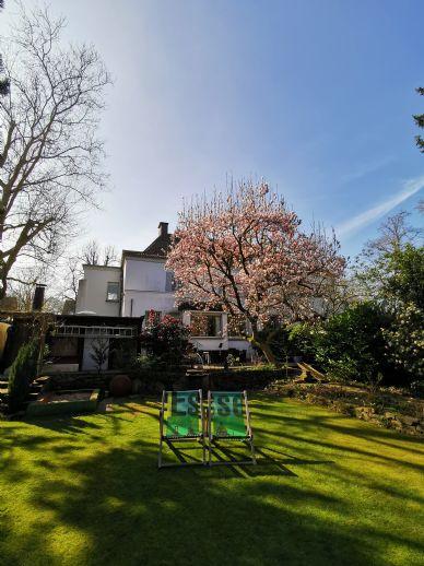Platz satt! Großzügiges 8 Zimmer Einfamilienhaus mit flexiblen Nutzungsmöglichkeiten und großem Traumgarten