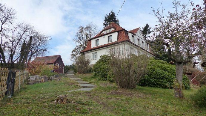 Zweifamilienhaus mit viel Nebengelaß und großem ausbaufähigen Werkstattgebäude in Hanglage