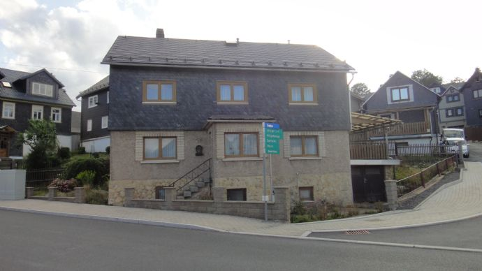 Ein- bis Zweifamilienhaus mit Garage
