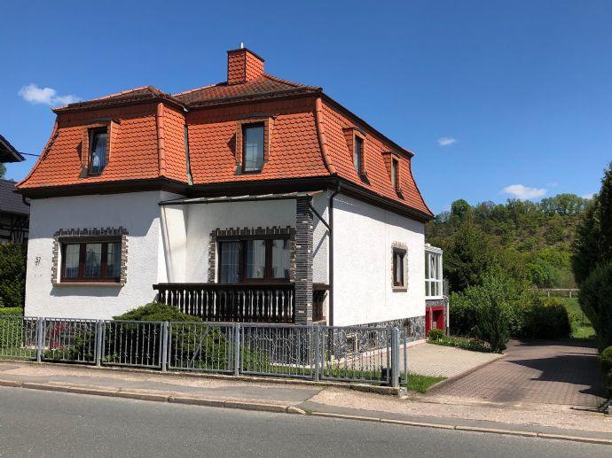 Schönes Zweifamilienhaus in guter Lage mit großem Garten und Nebengebäude