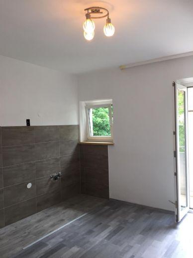 Neu sanierte 2-Zimmer-Wohnung mit Balkon und Wannenbad mit Fenster