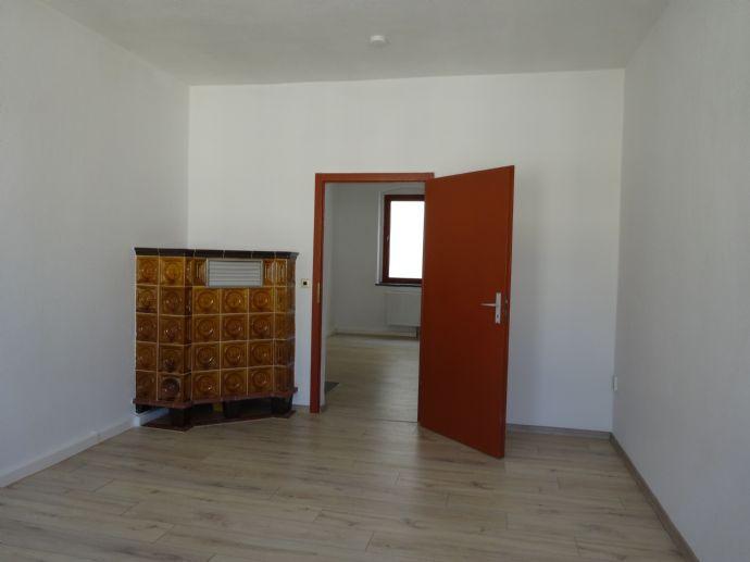 Zentrumsnah 2-Raum-Wohnung mit großzügigem Bad und zusätzlichem Kachelofen!
