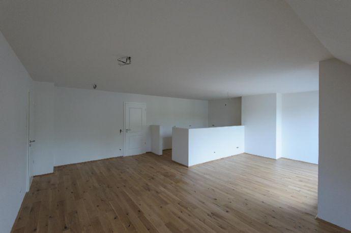 Berzdorf, schöne helle gemütliche 3,5 Zimmer, 122 m² im DG, Sonnenbalkon, Tageslichtbad, Hofanlage