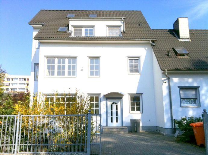 Stadt-Haus: 7 Zimmer plus helles Atelier im Dach, Wohnen und Arbeiten im grünen Süden Berlins