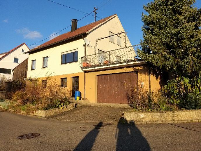 Mit riesigem Garten! Freistehendes Einfam.-Haus mit 13,5 Ar Grundstück in reizvoller naturnaher Hanglage mit Fernsicht!