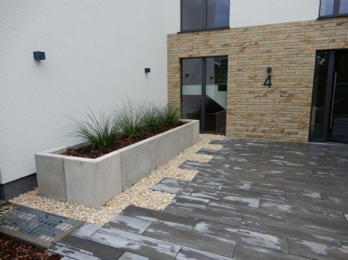Nähe Schlosspark: Erstbezug 2 Zimmer Wohnung mit Terrasse und Garage