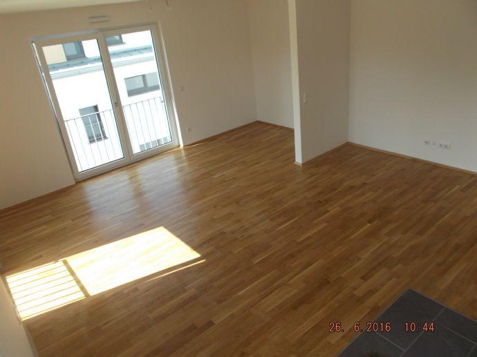 1-Zimmer-Wohnung, Bad mit Wanne und Fenster