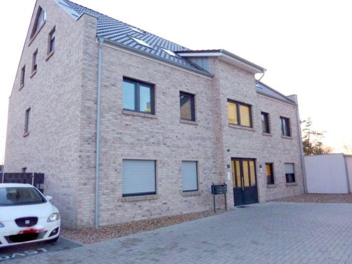 Erstklassige Neubau-Maisonettewohnung mit Balkon u. Fahrstuhl, inkl. PKW-Stellplatz