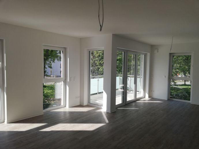 Sonnendurchflutete 3 Zi. Neubau-Wohnung mit Gäste-WC, 2 Tiefgaragenstellplätzen und Balkon