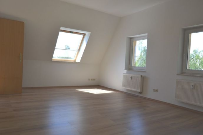Großzügige helle 3 Raum (bis 4 Raum) Wohnung im DG
