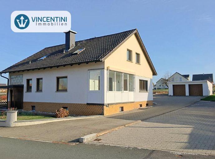 ++ BEZUGSFREI ++ Zweifamilienhaus mit großem Garten, 3 Garagen, etc. in Lisberg